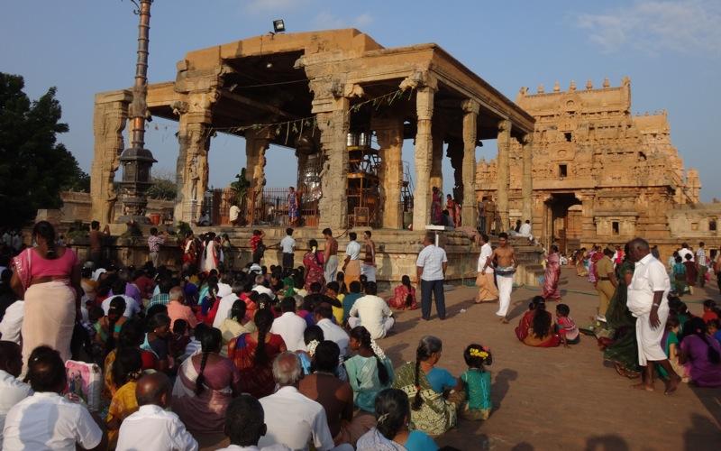 Reise in Indien in Asien. Vor dem Brihadishvara Tempel in Tanjore findet eine Zeremonie statt, der zahlreiche Inder auf dem Boden sitzend beiwohnen