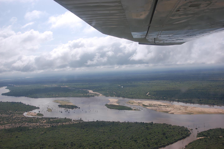 Reise in Tansania in Afrika. Während einer Safari mit dem Flugzeug breitet sich am Boden der Mahale Nationalpark aus.