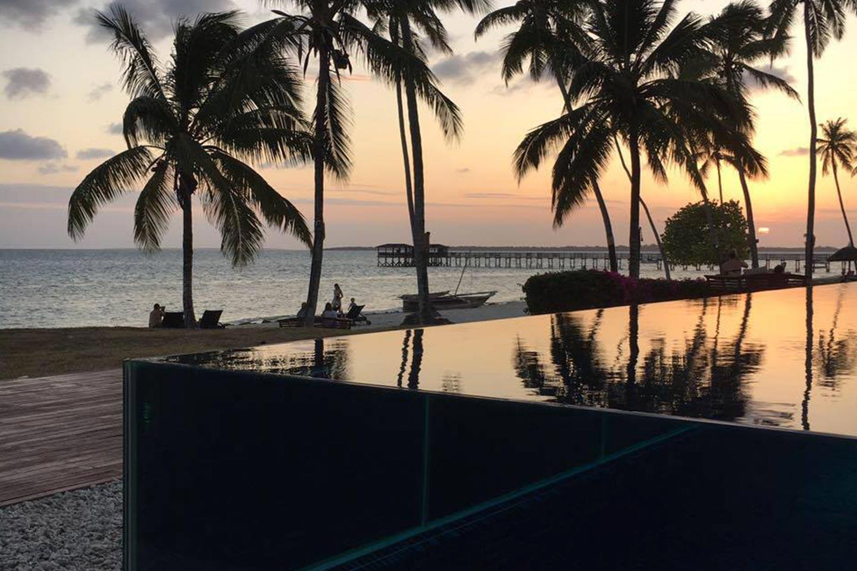 Reise in Sansibar in Afrika. Stimmungsbild mit Aussicht über infinity Pool und Strand des fünf Sterne Resorts The Residence.