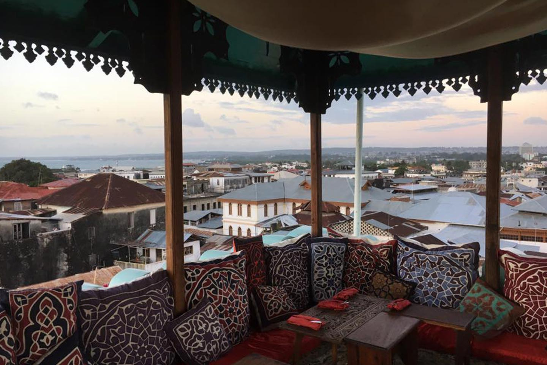 Reise in Sansibar in Afrika. Exklusiver Reisetipp, von der Dachterrasse des Lokals Emerson on Hurumzi in Stone Town geniesst man einen weiten Ausblick über die Stadt.