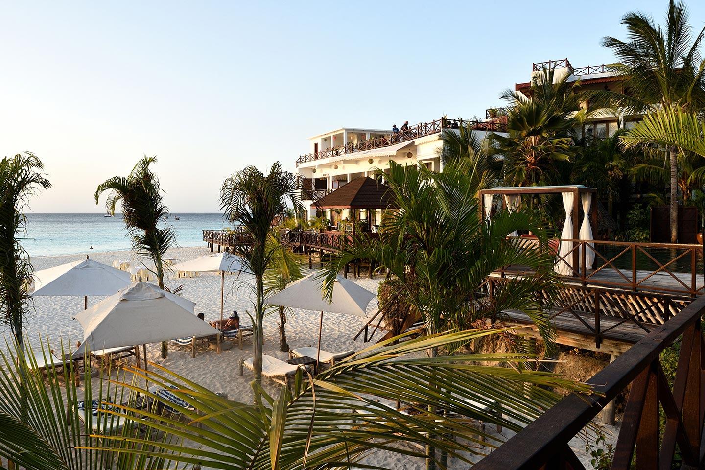 Reise in Sansibar in Afrika. Ausblick über Nungwi Strand mit Palmen und vereinzelten Liegestühlen vom Z Hotel