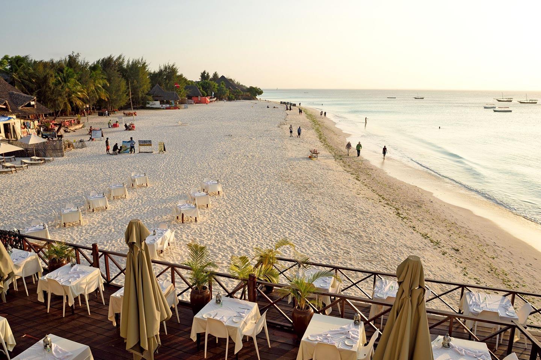 Reise in Sansibar in Afrika. Ausblick über Restaurant Terrasse vom Z Hotel über den Nungwi Strand (adults only)