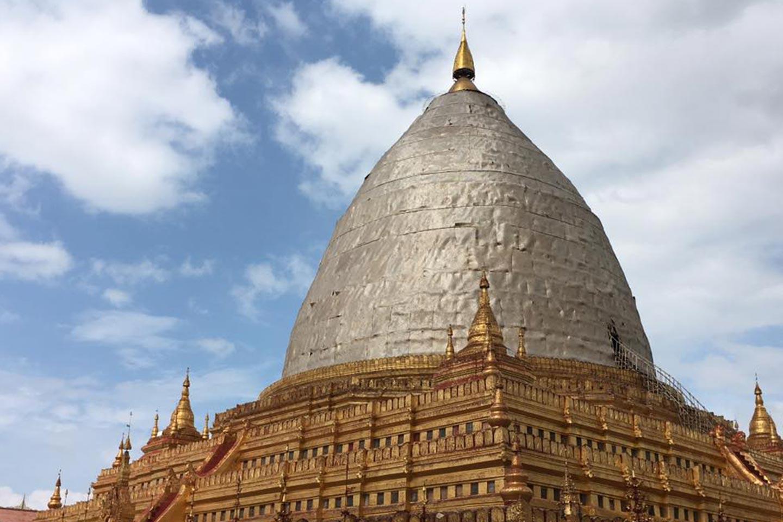 Reise in Myanmar in Asien. Die goldene Kuppel der Shwezigon Pagode in Bagan wird restauriert.
