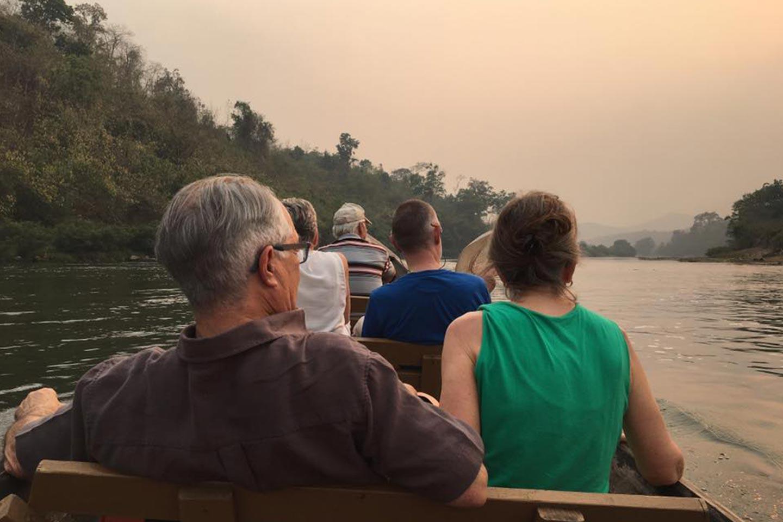 Reise in Myanmar in Asien. Flusskreuzfahrt auf Irrawaddy, Kleingruppe unternimmt in Beibooten Ausflug.