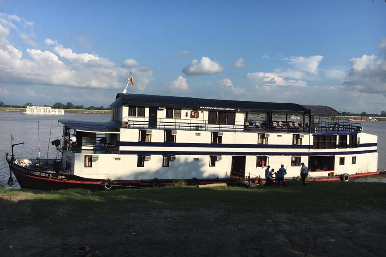 Reise in Myanmar in Asien. Flusskreuzfahrtschiff Irrawaddy Princess Cruise 2 legt an Land an.