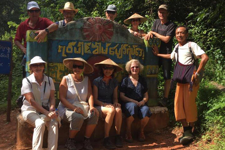 Reise in Myanmar in Asien. Gruppenbild mit Kleingruppe, burmesischem Reiseleiter und Meret Deeg, manche tragen asiatische Kegelhüte.