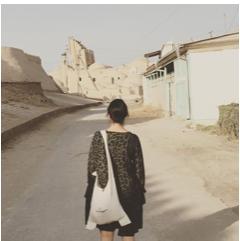 Zugreise entlang der Seidenstrasse im Orient. Inhaberin und Geschäftsführerin von Simtis Reisen Meret Deeg läuft durch die Stadt Chiwa in Usbekistan.
