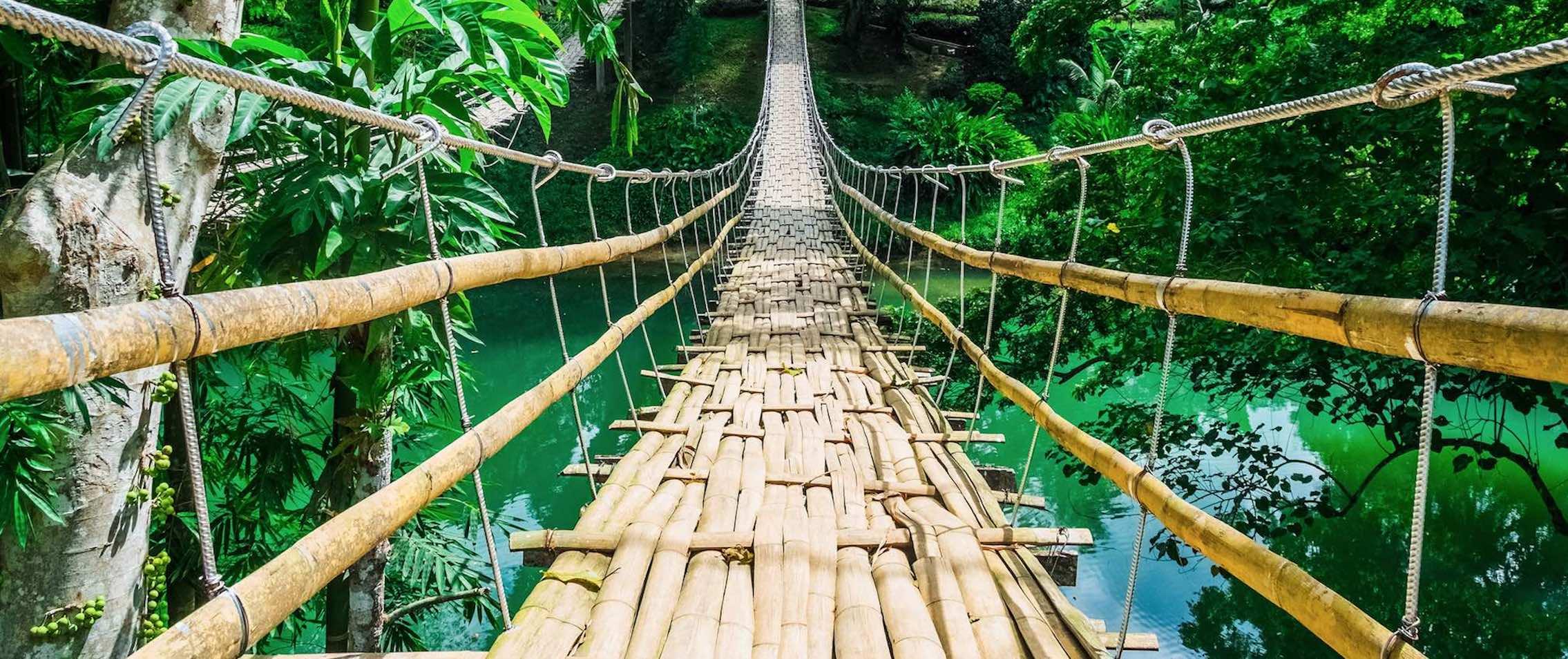 Reise in den Philippinen in Asien. Fotografie der Sipatan Twins Hängebrücke aus Bambus in der Nähe von Bohol.