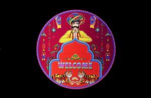"""Simtis Reisen Illustration mit Hindu mit Turban, zwei Tigern, vielen Verzierungen und mit Aufschrift """"Welcome""""."""