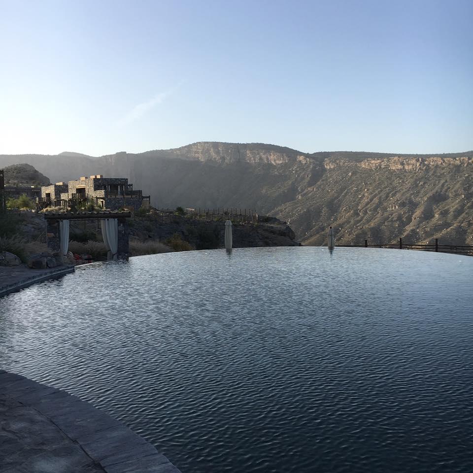 Reise in Oman im Orient. Vom grossen Pool des Alila Jabal Akhdar Hotel aus hat eine tolle Aussicht auf die umliegenden Berge.