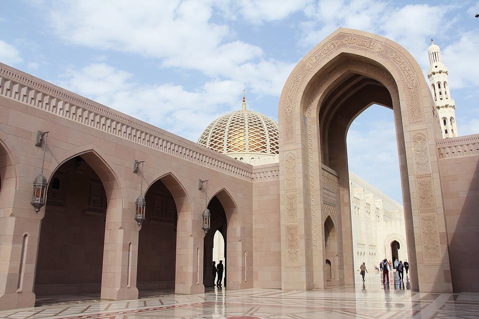 Reise in Oman im Orient. Reisebild von eindrücklicher Sultan Qabus Moschee in Maskat mit wenigen Besuchern.
