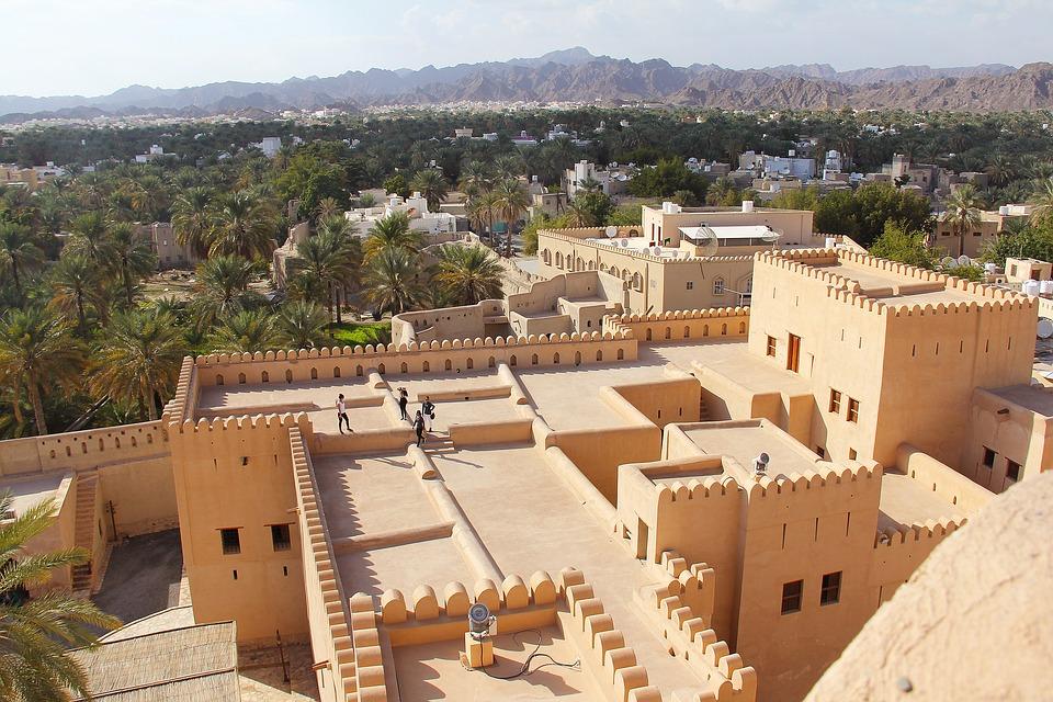 Reise in Oman im Orient. Luftaufnahme von der historischen Festung aus Sandstein in der Oasenstadt Nizwa.