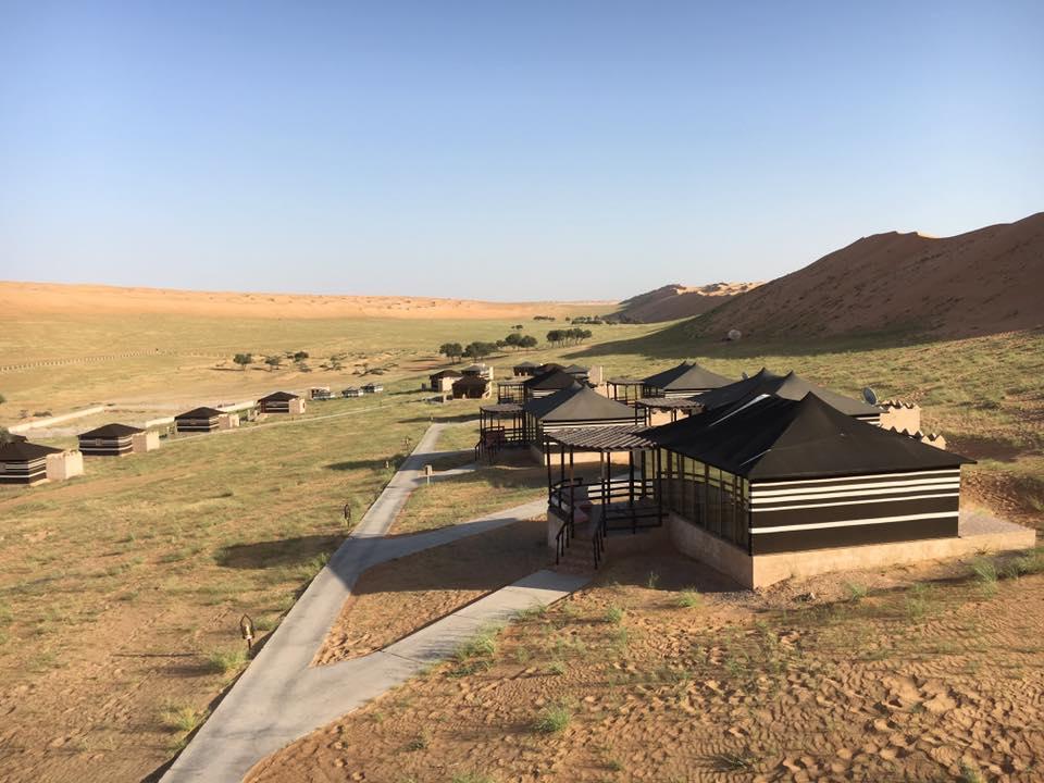 Reise in Oman im Orient. Vereinzelte Zelt Bungalows des Thousand Nights Camp in der Wüste
