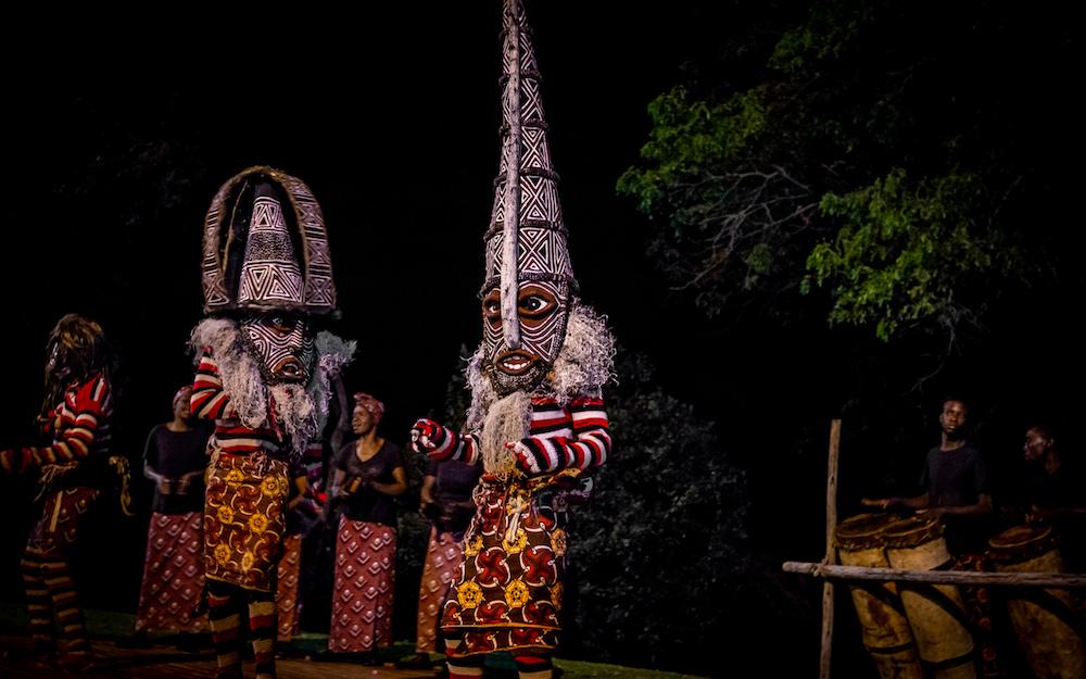 Reise in Sambia in Afrika. Folklore Darbietung von einheimischen, die bemalt und beschmückt, in traditioneller Kleidung, einen Tanz aufführen.