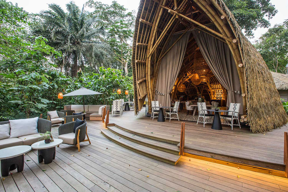 Reise in Sao Tome und Principe in Afrika. Das Restaurant der Sundy Praia Lodge ist im Freien auf einem Holzdeck mitten im Dschungel.