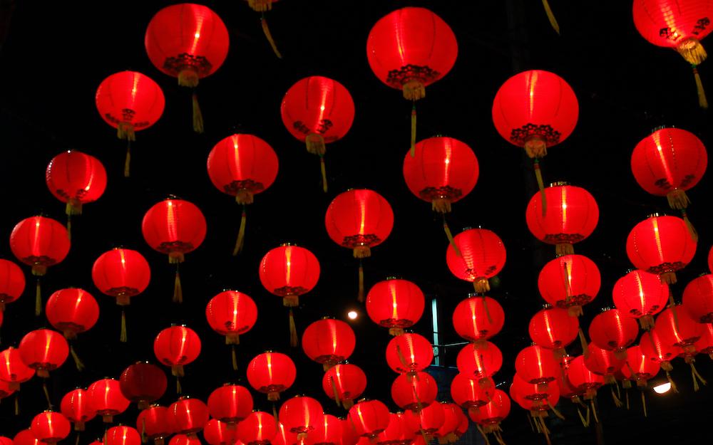 Reise in Yunnan in China. Im Rahmen eines Festivals wurden hunderte rote chinesische Lampions aufgehängt und schmücken die Strassen bei Nacht