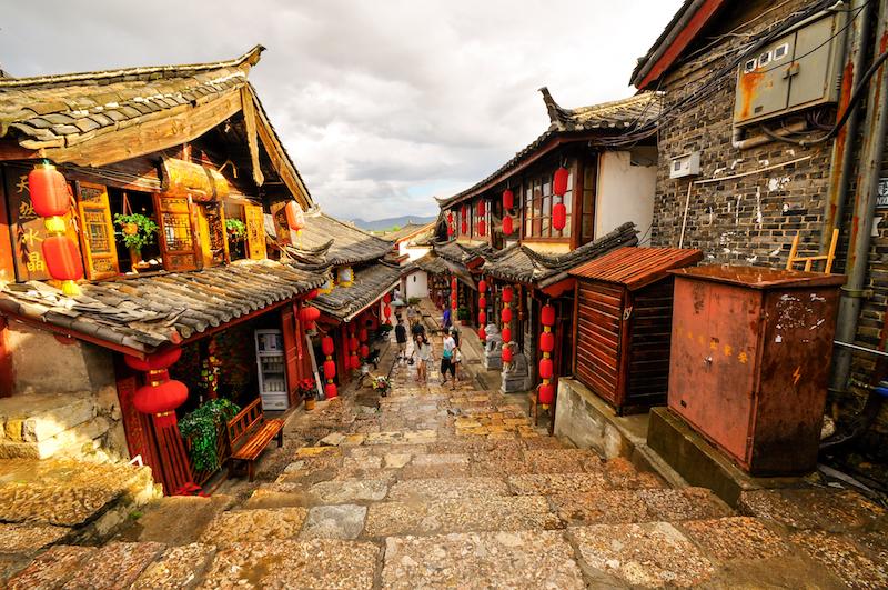 Reise in Yunnan in China. Die historische Altstadt von Lijiang gilt als UNESCO Weltkulturerbe und wird von traditionellen Laternen geschmückt.