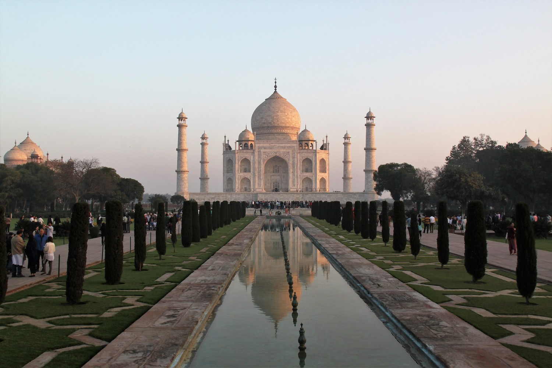 Reise in Indien in Asien. Das Taj Mahal Mausoleum in Agra hebt sich vom Abendhimmel ab.