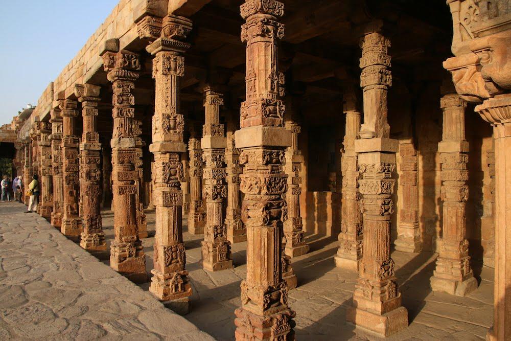 Reise in Indien in Asien. Reich verzierte Sandstein Säulen im Qutb Minar Komplex in Delhi.