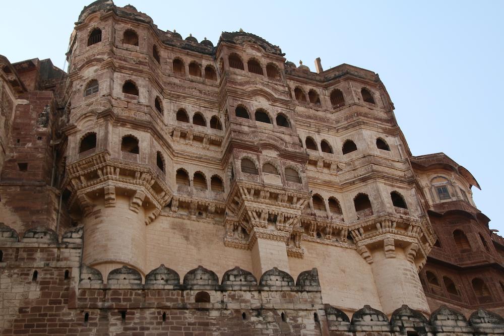 Reise in Indien in Asien. Die Festung Meherangarh ist in einen Felsen eingebunden und ragt über die Stadt Jodhpur empor.