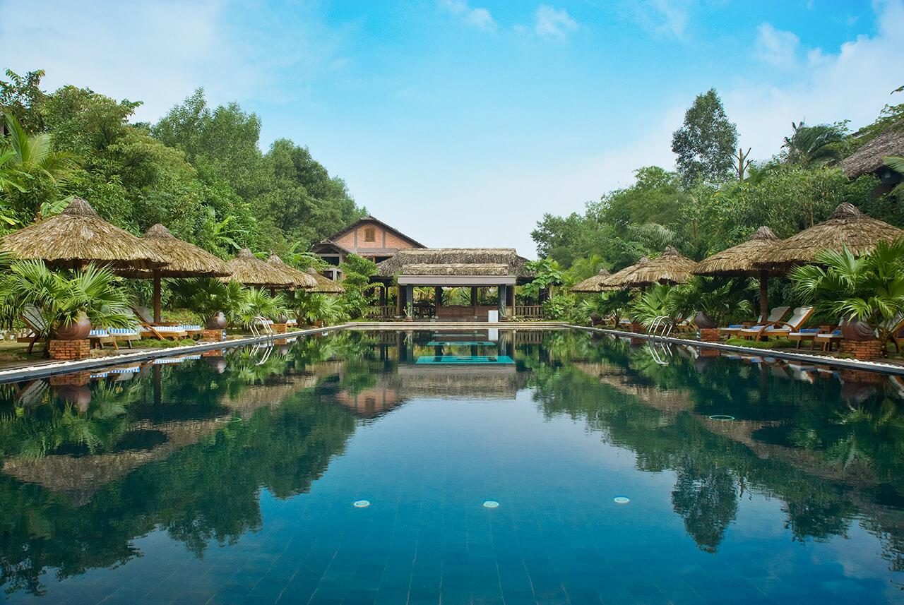 Reise in Vietnam in Asien. Ausblick über idyllische Swimmingpool Anlage im Pilgrime Village Resort in Hue.