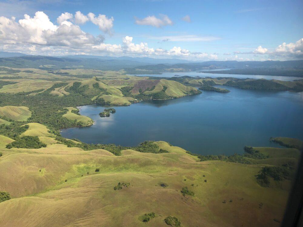 Reise in West Papua in Indonesien. Sicht aus dem Flugzeug auf das hügelige Baliem Tal mit seinen grossen Seen.