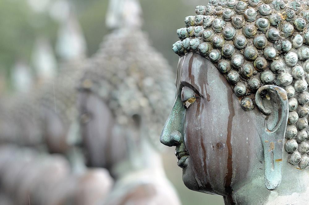 Reise in Sri Lanka in Asien. Viele Buddhastatuen aus Metall sind aufgereiht.