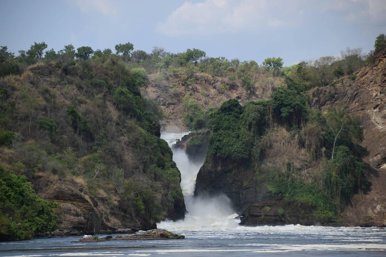 Reise in Uganda in Afrika. Der imposante Wasserfall Murchison Falls fliesst tosend in das Victoria Nildelta