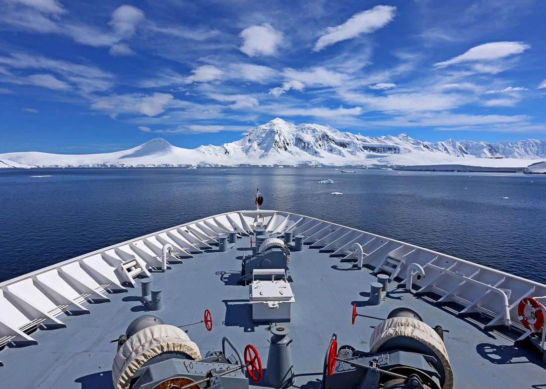 Reise in der Antarktis. Vom Deck des Expeditions Kreuzfahrtschiff MS Hanseatic von Hapag Lloyd Cruises aus sieht man in der Ferne hohe Eisberge.