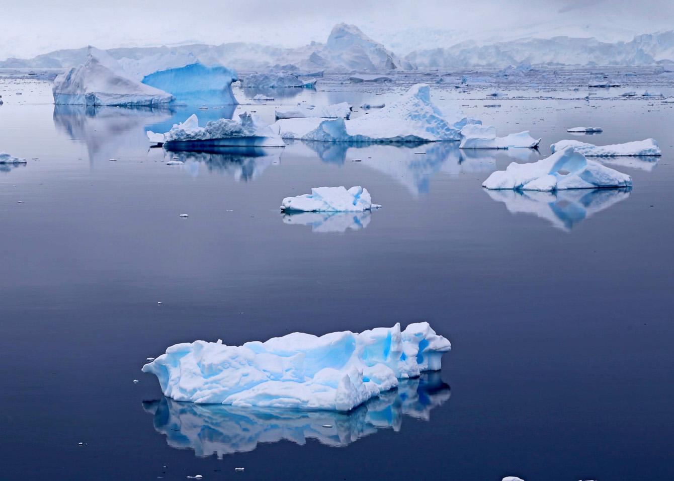 Reise in der Antarktis. Vom Expeditions Kreuzfahrtschiff MS Hanseatic von Hapag Lloyd Cruises aus sieht man viele Eisschollen und Eisberge im Arktischen Meer schwimmen.
