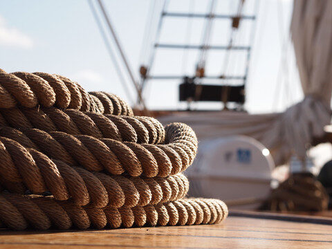 Stimmungsbild für Kundenevent über Kreuzfahrten mit Hapag Lloyd Cruises, Mittelthurgau, Mein Schiff. Eine Nahaufnahme von Seilen auf einem Segelschiff.