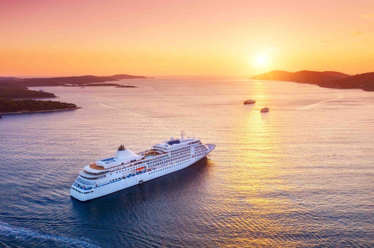 Stimmungsbild für Kundenevent über Kreuzfahrten mit Hapag Lloyd Cruises, Mittelthurgau, Mein Schiff. Ein Kreuzfahrtschiff fährt in Richtung Sonnenuntergang.