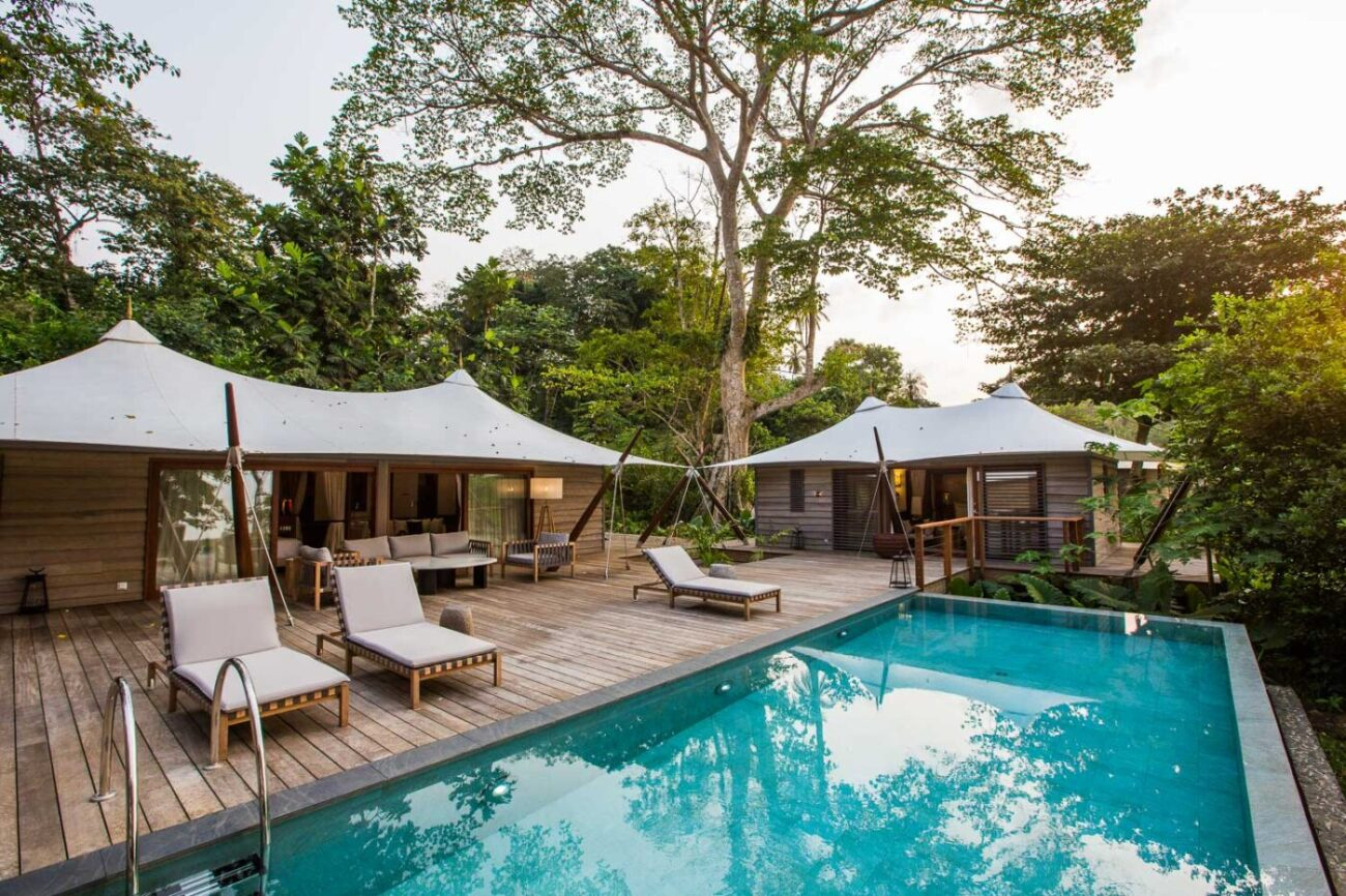 Reise in Sao Tome und Principe in Afrika. Eine Villa im Praia Sundy hotel verfügt über einen privaten Pool und mehrere Bungalows mitten im Urwald.