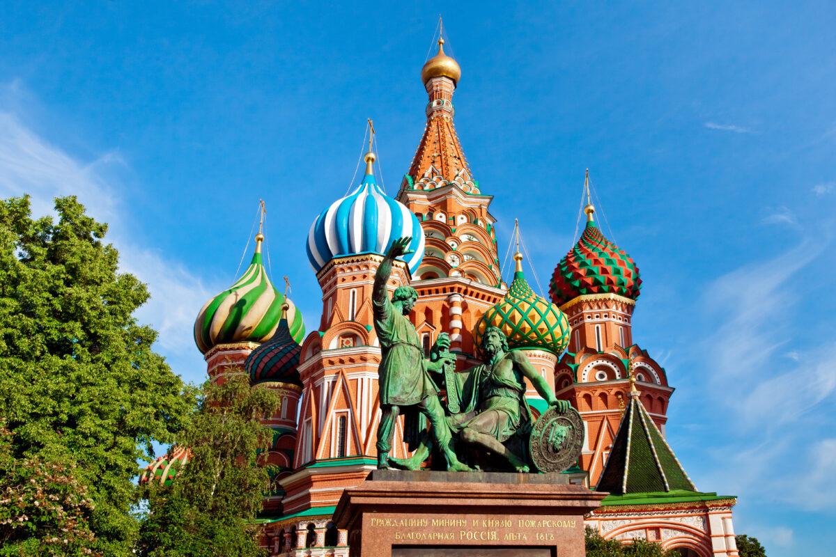 Reise in Russland in Europa. Zu sehen ist die Basilius Kathedrale, die an den Kreml in Moskau angrenzt, mit ihren bunten Kuppeln und der Fassade aus rotem Backstein.