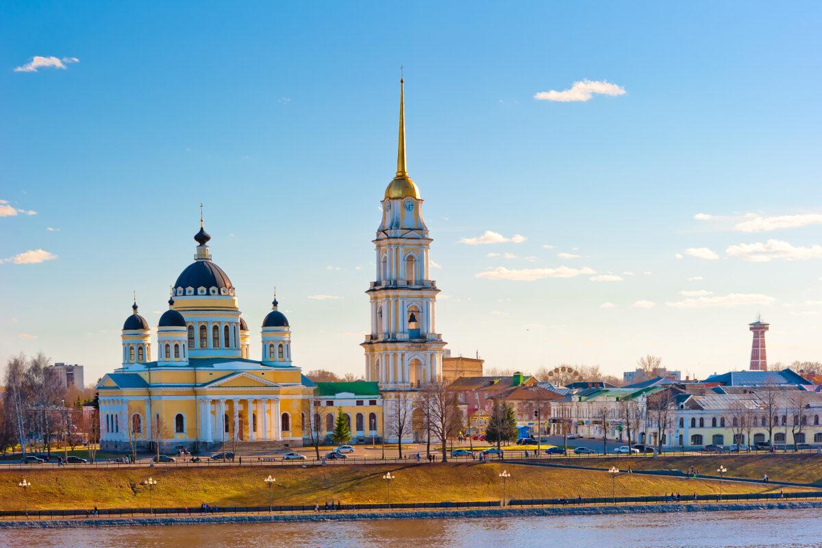 Reise in Russland in Europa. Vom Fluss Wolga Ausblick auf die Stadt Rybinsk mit ihren historischen Gebäuden.