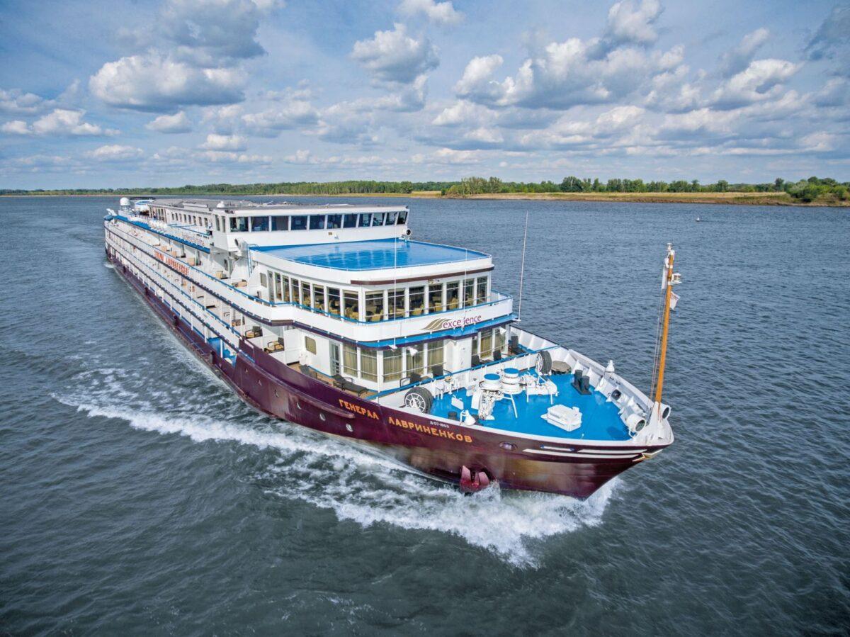 Reise in Russland in Europa. Das Flusskreuzfahrtschiff Katharina Excellence von Reisebüro Mittelthurgau durchkämmt den Fluss.