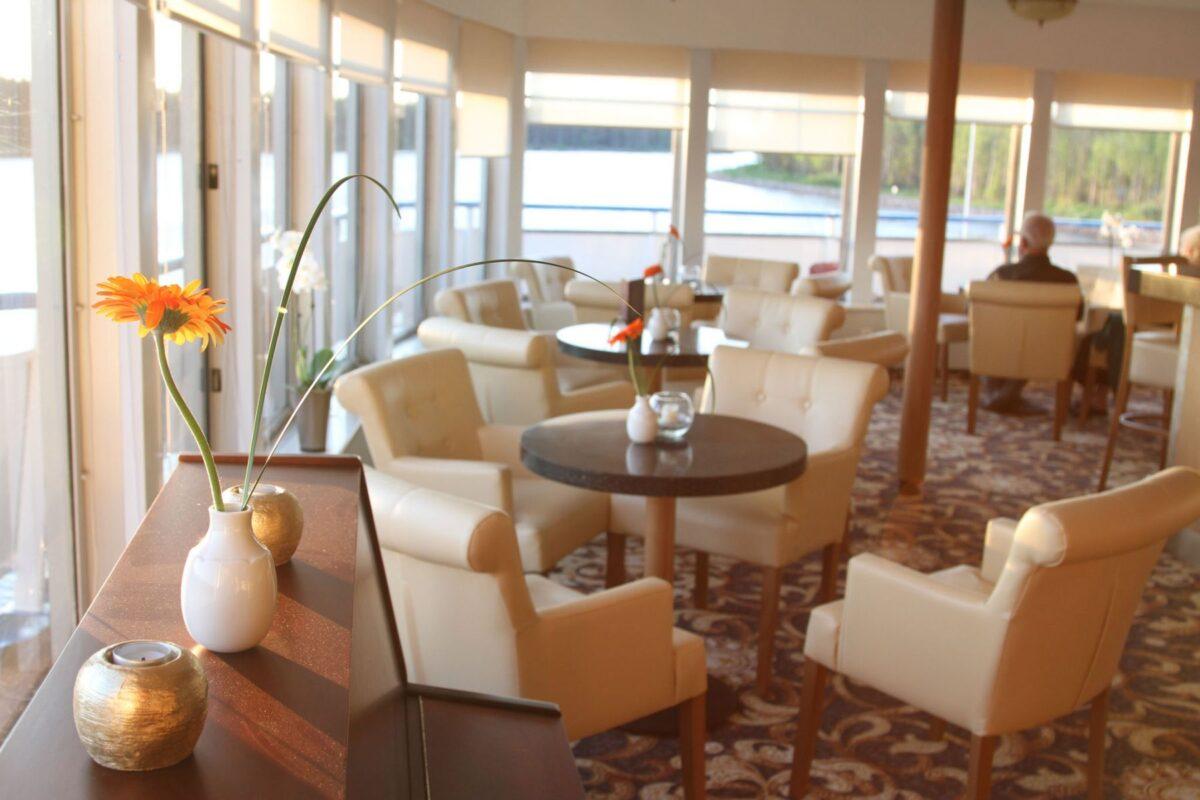 Reise in Russland in Europa. Der geräumige Speisesaal des Flusskreuzfahrtschiff Katharina Excellence von Reisebüro Mittelthurgau ist von einer grossen Fensterfront umgeben und mit hellen, freundlichen Möbeln eingerichtet.