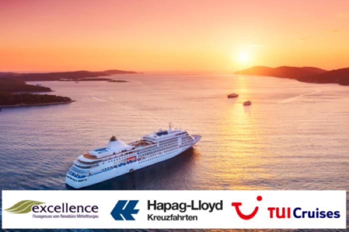 Das Bild für den Flyer des Simtis Kreuzfahrtabend enthält ein Stimmungsbild eines Kreuzfahrtschiffes, welches auf den Sonnenuntergang zu fährt, und die Logos der drei Partner excellence, TUI Cruises und Hapa Lloyd Cruises.