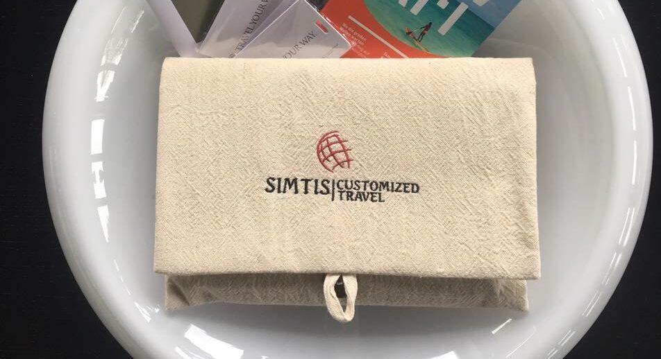 Beispielbild. Simtis verschickt sämtliche Reiseunterlagen in handgenähten Mäppchen, die im Rahmen eines Frauenförderungsprojekts in Myanmar hergestellt wurden.