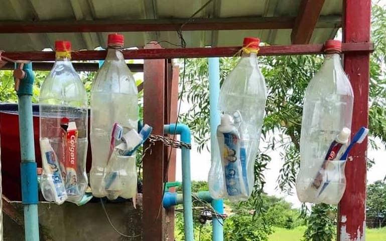 Soziales Projekt in Myanmar. Bei einem Schulprojekt lernen die Kinder, wie wichtig Recycling für die Natur ist. Aus alten PET Flaschen wurden Zahnpastahalter gebastelt.