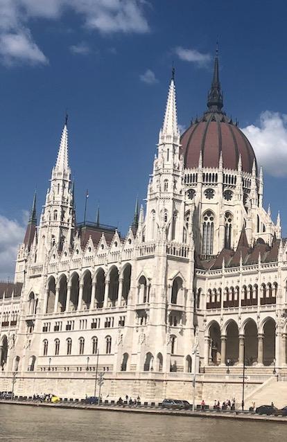 Postkarte von einer Budapest Reise von zufriedenen Simtis Kunden. Abgebildet ist das Parlamentsgebäude von Budapest.