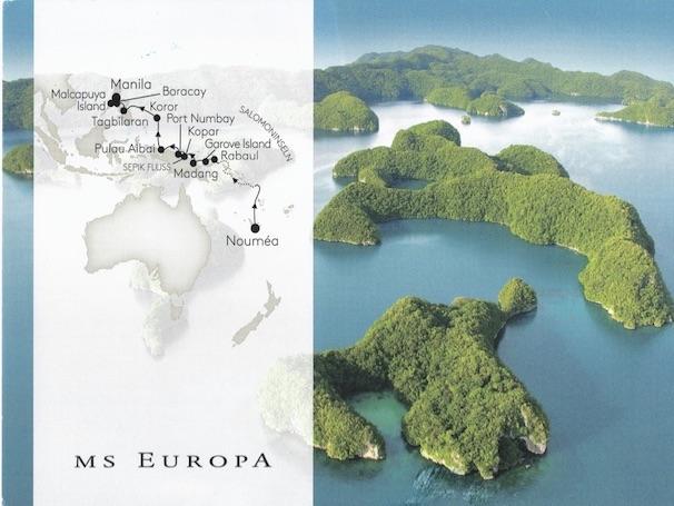 Postkarte von einer Ozeanien Reise mit dem Kreuzfahrtschiff MS Europa von zufriedenen Simtis Kunden. Abgebildet sind die Faminseln in Raja Ampat, sowie eine Darstellung der gesamten Reiseroute.