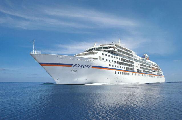 Postkarte von dem Kreuzfahrtschiff MS Europa, die auf dem Meer fährt.