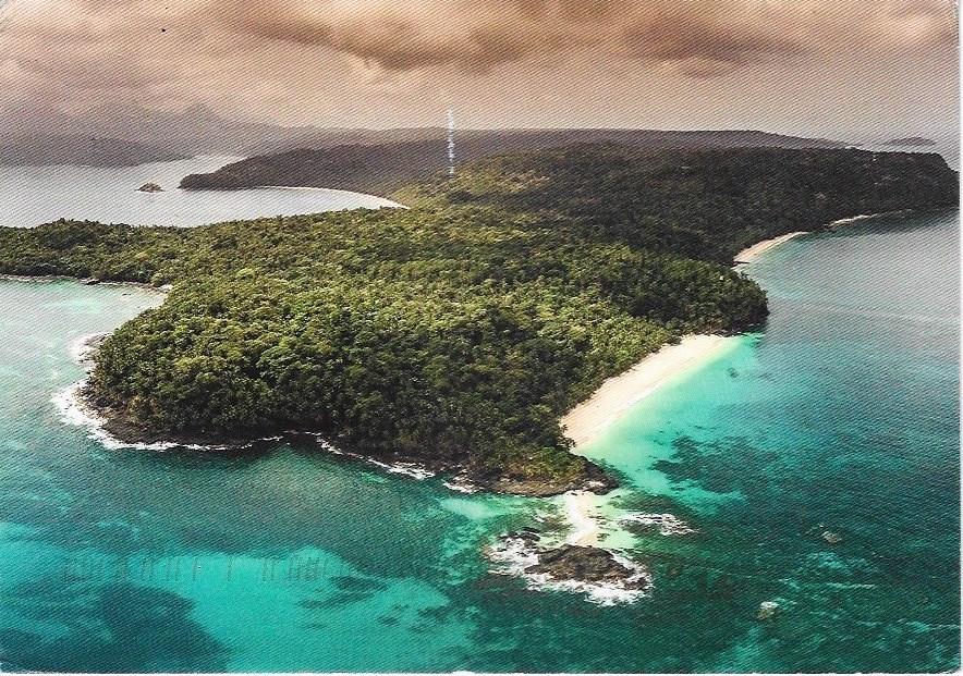 Postkarte von einer Reise nach Sao Tome von zufriedenen Kunden. Abgebildet ist die Insel Principe mit ihrem Dschungeldickicht und weissen Sandstränden.