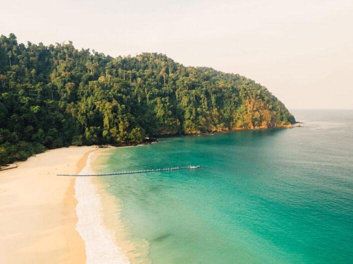 Reise in Myanmar in Asien. Sicht aus der Luft auf die Bucht und den Strand mit einem langen Steg des Awei Pila Resorts im Mergui Archipel.