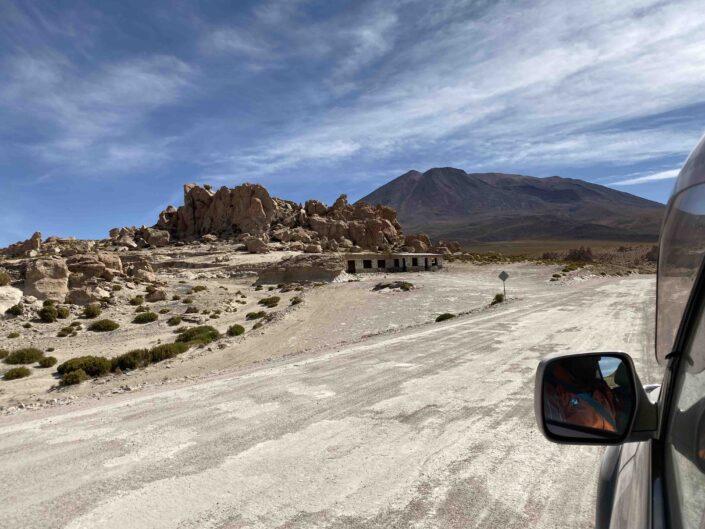 Reise in Bolivien in Südamerika. Sicht aus einem Auto auf der Strasse auf sich auftürmende Gesteinsmassen.