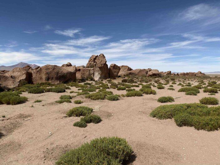 Reise in Bolivien in Südamerika. Imposante Felsformationen türmen sich im Altiplano Hochland auf.