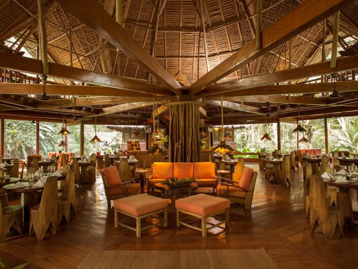 Reise in Peru in Südamerika. Der Speisesaal der Inkaterra Reserva Amazonica Lodge ist mitten im Urwald gebaut und ermöglicht eine spektakuläre Sicht in den Amazonas.