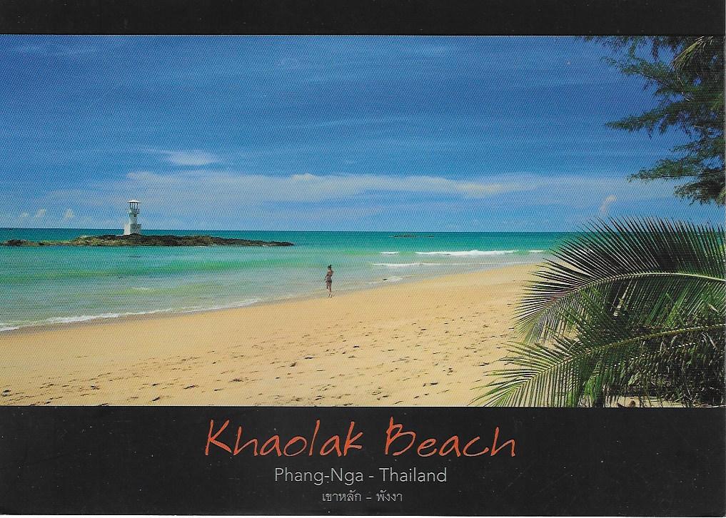 Postkarte von einer Thailand Reise von zufriedenen Simtis Kunden. Abgebildet ist der weisse Sandstrand Khaolak Beach mit einigen Palmen.