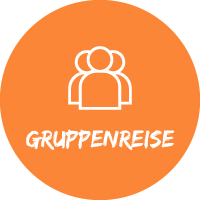 """Illustration Menschen vor orangefarbenem Hintergrund mit Text """"Gruppenreise"""" für Pauschalreisen mit Simtis."""